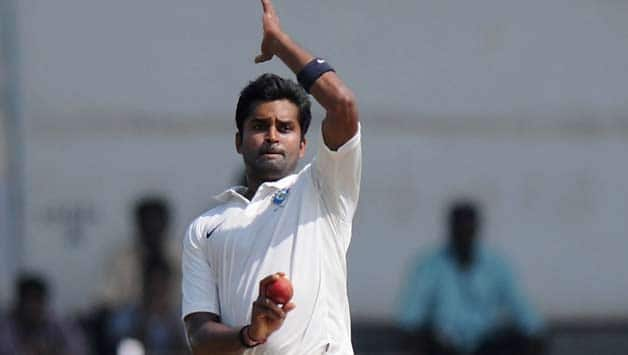 R Vinay Kumar has already bagged 8 wickets in the Ranji Trophy 2013-14 final against Maharashtra © Getty Images (File photo)