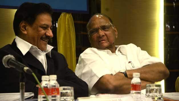Sharad pawar (right) © IANS