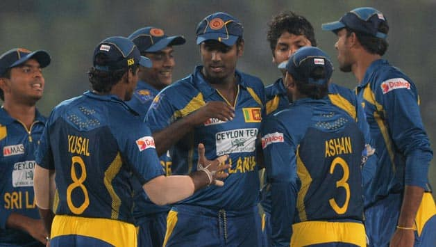 Sri-Lankan-cricket-captain-Angelo-Mathews-(c)-celebrates-with-teammates-after-winning-the-second-One-Day-International