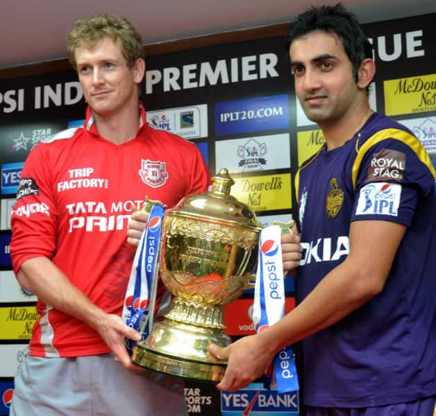 George Bailey (left) and Gautam Gambhir pose with the IPL Trophy © IANS