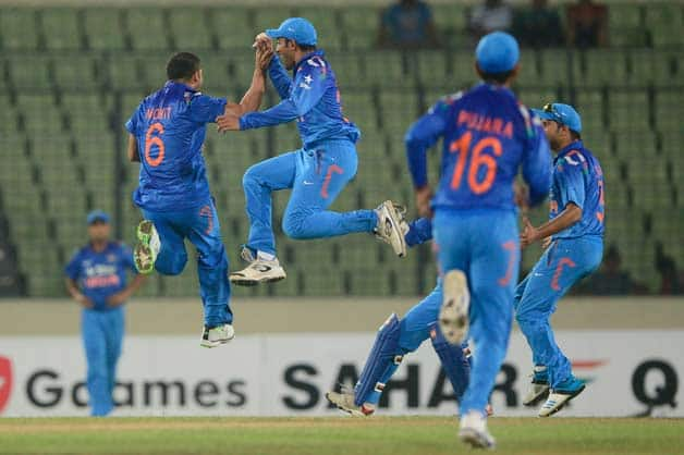 Indian-cricketer-Mohit-Sharma-(L)-celebrates-with-his-teammate-after-the-dismissal-of-Bangladeshi-cricketer