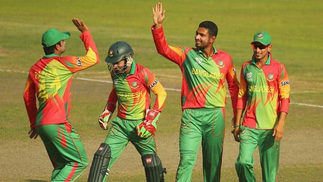 Mahmudullah-of-Bangladesh-is-congratulated-by-his-teammates-after-dismissing-Umar-Akmal-of-Pakistan-du
