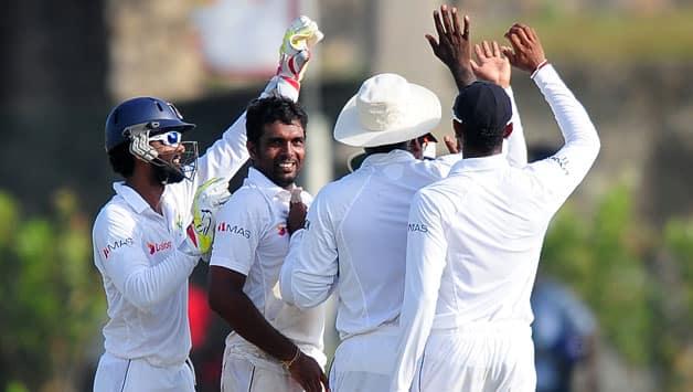 Dilruwan-Perera-celebrates-celebrates-with-team
