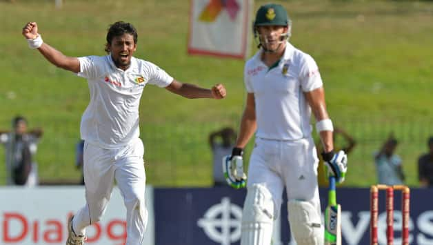 Suranga Lakmal (L) celebrates the dismissal of Faf du Plessis in the final session of Day 2 of the second Test between Sri Lanka and South Africa © AFP