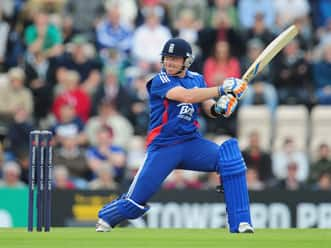 Steve Finn, Ian Bell help England thump Australia to clinch series