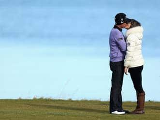 Elizabeth Hurley, Shane Warne kiss in public