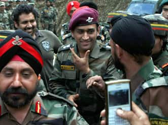 MS Dhoni ends Jammu & Kashmir visit; pays tribute to martyrs