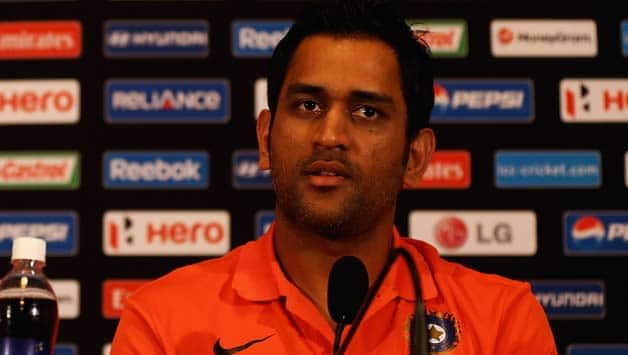 India vs England 2013: Lights go off in MS Dhoni press conference