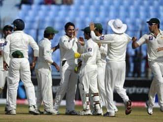 Pakistan make early inroads against Bangladesh
