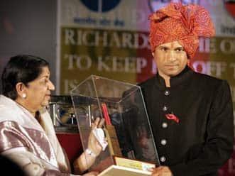 Lata Mangeshkar addresses media on her birthday alongside Tendulkar!