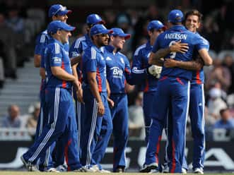 James Anderson, Jade Dernbach keep South Africa to 211 in third ODI