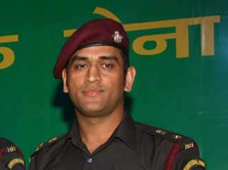 Mahendra Singh Dhoni interacts with soldiers at LoC