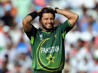 Afridi slapped a 'showcause' for making tiff with Waqar public