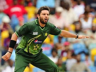 Shahid Afridi attacks fan at Karachi Airport