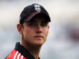 Broad says taking wickets at regular intervals helped England