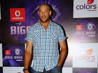 Andrew Symonds sings 'Aati Kya Khandala' in Bigg Boss 5!
