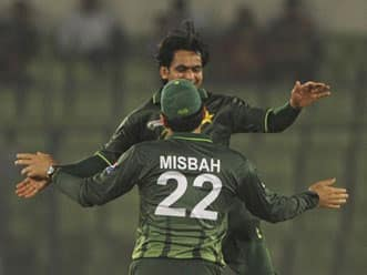 Bangladesh fail to overcome spinners as Pakistan win Asia Cup opener