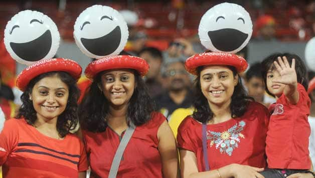 IPL 2013: Fans throng to watch RCB-RR clash despite bomb blast in Bangalore