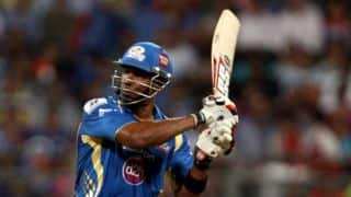 Hyderabad hold nerve to beat Mumbai by 15 runs